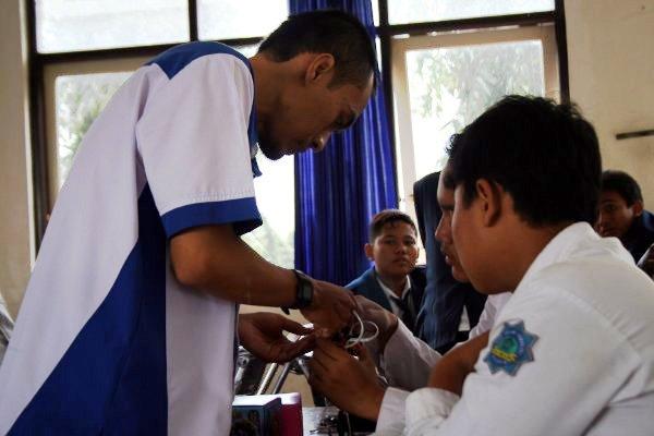Pelatih sedang memberi contoh kepada peserta.