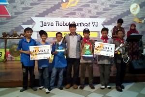 Regu DAFIBOT3 Juara I dan Spensa Juara II menerima piala dan hadiah.